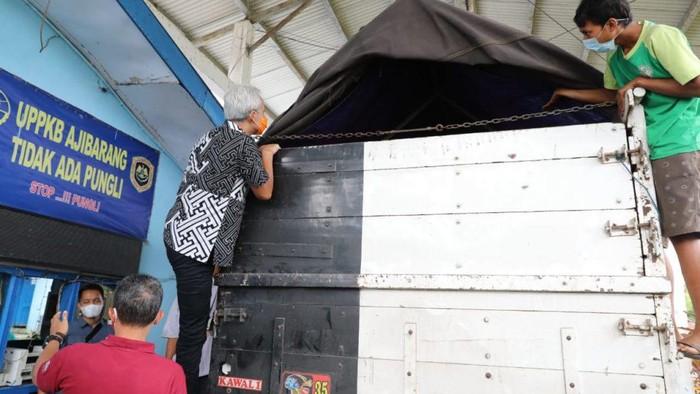 Gubernur Jawa Tengah Ganjar Pranowo panjat truk saat mengecek larangan mudik di Banyumas, Jumat (7/5/2021).