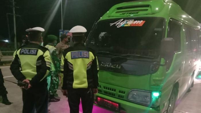 Hari Pertama Penyekatan Mudik Lebaran, 162 Mobil Dihalau Masuk Jombang