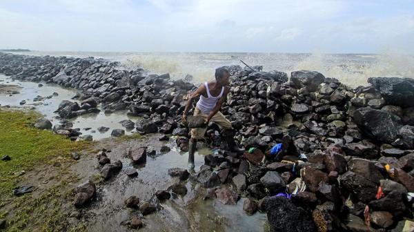 Meski di kawasan pesisir Eretan Kulon sudah dipasang batu pemecah ombak, tapi seiring berjalannya waktu, batu itu tergerus pasang surut air laut, hingga air bisa meluap dan masuk ke permukiman warga. ANTARA FOTO/Dedhez Anggara