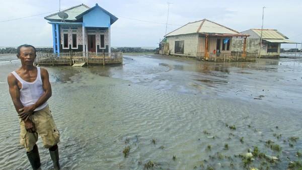 Dampak abrasi juga terlihat di sekitar pantai desa Eretan Kulon, Indramayu. Selama empat tahun terakhir banjir rob terus menerjang sehingga membuat rumah warga rusak terkikis ombak. ANTARA FOTO/Dedhez Anggara