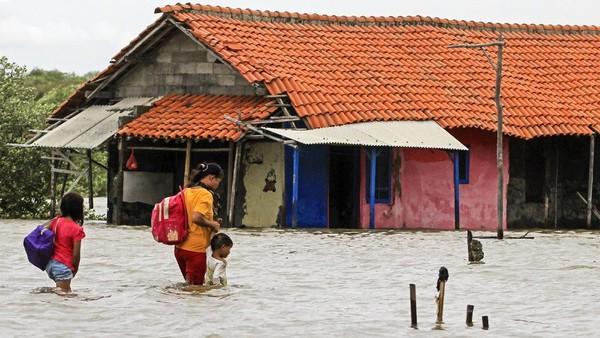 Tak hanya rumah disekitaran pantai, banjir rob itu kian meluas hingga ke desa Eretan Wetan dan desa Kertawinangun, Kecamatan Kandanghaur. Sekolah, masjid dan puluhan rumah warga lain juga sudah terendam banjir rob setinggi kurang lebih 40 cm hingga 70 cm. ANTARA FOTO/Dedhez Anggara