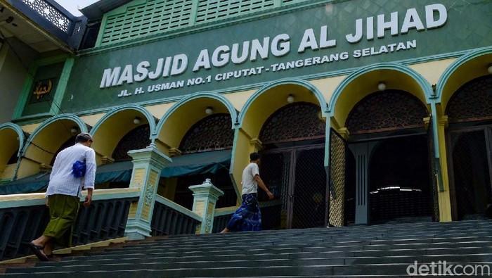 Masjid Agung Al-Jihad masih berdiri kokoh di salah satu sudut Ciputat, Tangerang Selatan, Banten. Masjid ini dulunya pernah menjadi ikon azan magrib di TV sekitar tahun 1960-an.