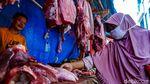 Jelang Lebaran, Emak-emak Berburu Daging di Pasar Ciputat