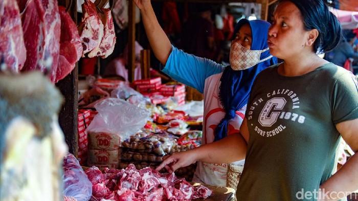 Harga daging sapi mengalami kenaikan menjelang hari raya Idul Fitri. Meski demikian, daging sapi tetap tidak kehilangan peminat di Pasar Ciputat, Tangerang Selatan.