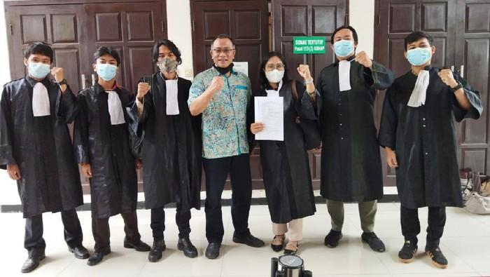 Jumhur Hidayat dan pengacaranya usai penahanannya ditangguhkan