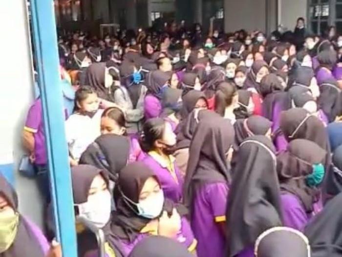 Ratusan karyawati di Bojonegoro mogok kerja. Mereka kecewa karena gaji dan THR belum dibayar oleh perusahaan.