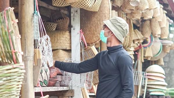 Berbagai produk kerajinan anyaman bambu tersedia di sini