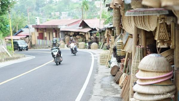 Posisi di pinggir jalan raya menyulitkan bagi pengunjung untuk memarkir kendaraan khususnya roda empat