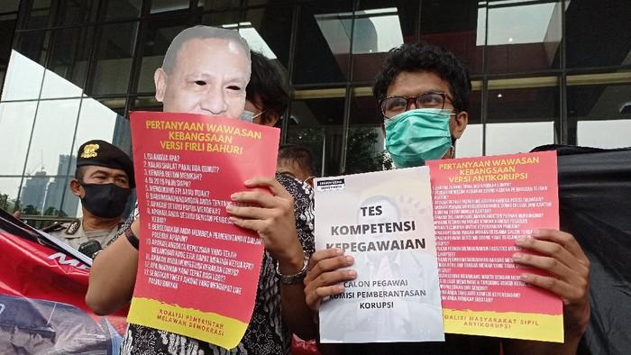 Koalisi Masyarakat Sipil Antikorupsi menggelar demo di gedung KPK terkait tes alih status pegawai KPK, Jumat (7/5/2021).