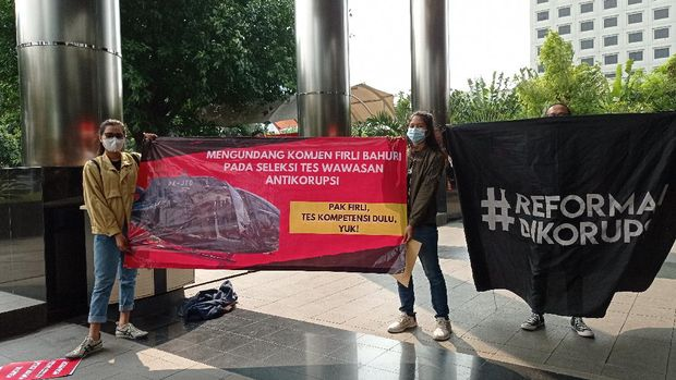 Aksi Koalisi Masyarakat Sipil Antikorupsi di gedung KPK, Jumat (7/5/2021).