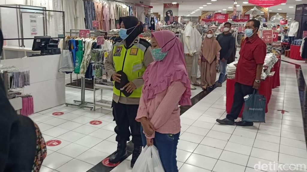 Warga Sidoarjo Diimbau Disiplin Prokes Saat Beli Baju Lebaran