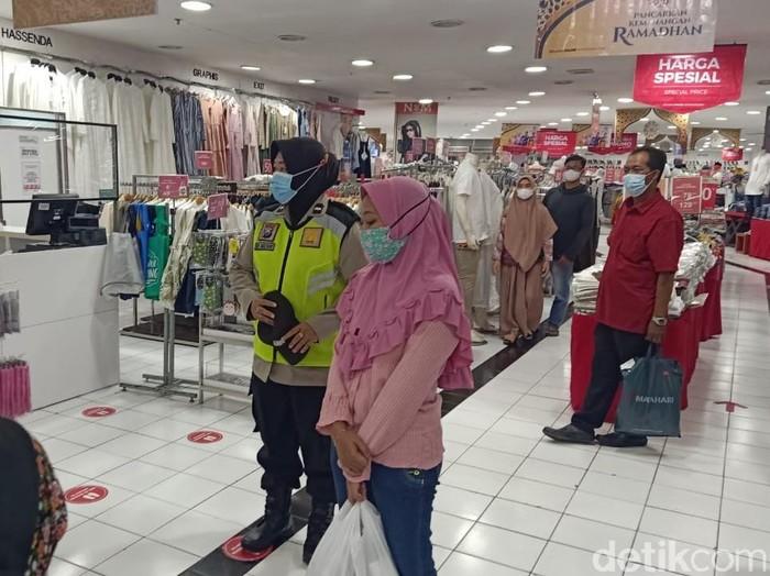 Mal dan pusat perbelanjaan biasanya ramai pengunjung saat menjelang Lebaran. Maka dari itu, polisi Sidoarjo melakukan pendisiplinan prokes di mal.