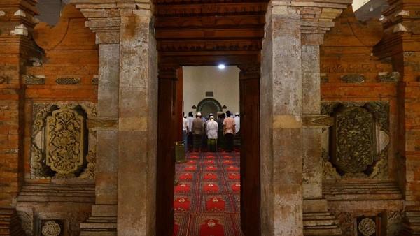 Masjid Menara memiliki lima pintu di sebelah kanan dan kiri, jumlah jendelanya ada empat buah serta memiliki delapan tiang besar di dalam masjid yang terbuat dari kayu jati.