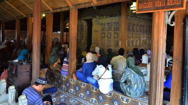 Di sebelah barat masjid itu terdapat makam Sunan Kudus yang dikelilingi makam ahli waris, ulama, dan beberapa tokoh agama yakni Panembahan Palembang, Pangeran Pedamaran, dan Panembahan Condro yang banyak dikunjungi wisatawan dan para peziarah.