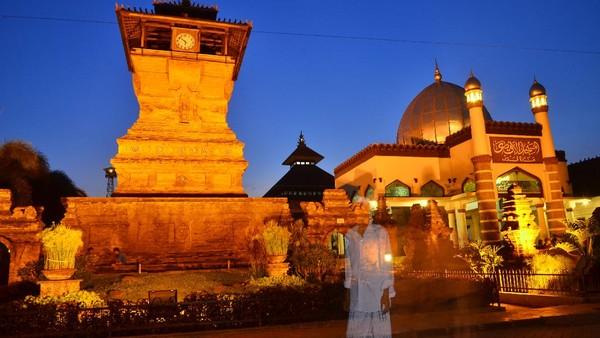 Masjid Menara Kudus atau Masjid Al Aqsa Manarat Qudus adalah masjid kuno yang terletak di Desa Kauman, Kecamatan Kota, Kabupaten Kudus, Jawa Tengah. Tempat suci umat islam itu didirikan oleh Sunan Kudus (Sayyid Jafar Shadiq), seorang tokoh wali songo penyebar agama islam di Jawa pada tahun 956 H atau 1549 M. Peletakan batu pertama saat pembangunan masjid tersebut menggunakan batu dari Baitul Maqdis Palestina.