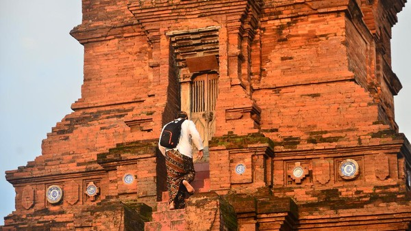 Bentuk Masjid Menara Kudus yang menyerupai bangunan candi itu disesuaikan dengan situasi dan kondisi masyarakat pada saat itu yang masih dipengaruhi budaya Buddha dan Hindu, sehingga arsitekturnya memadukan konsep budaya Islam, Hindu dan Buddha.