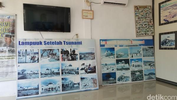 Di luar masjid terdapat sebuah bangunan yang menampilkan foto-foto saat Lampuuk luluh lantak diterjang tsunmai. Puluhan foto-foto dipajang di dinding hingga mempermudah siapapun untuk melihat.