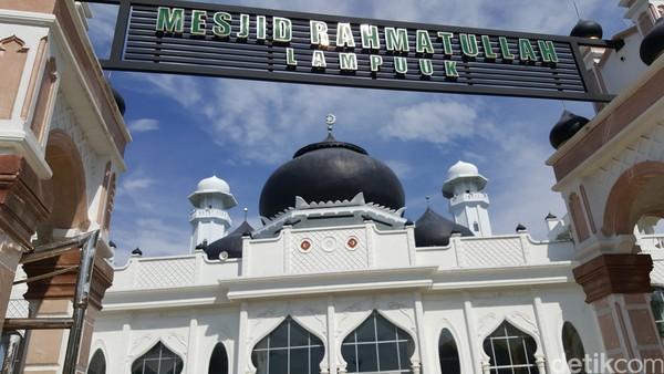 Juga, sekarang masjid telah menjadi salah satu tujuan wisata religi di Aceh. Banyak turis yang penasaran dengan masjid yang tak goyang kena tsunami ini.