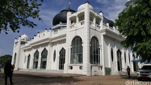 Dilihat dari situs Disparpora Aceh Besar, disebutkan masjid kemudian direnovasi dengan dana bantuan dari Bulan Sabit Merah Turki. Turki memang punya ikatan sejarah dengan Aceh. Dulu kala, Turki pernah membantu Aceh membangun tentara laut yang tangguh. Di Aceh pula terdapat makam yang diyakini milik ahli perang asal Turki.
