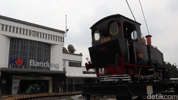Monumen Purwa Aswa Purba menjadi salah satu lokomotif kuno di Stasiun Kereta Api, Kota Bandung, Jawa Barat. Monumen ini cukup bersejarah lho traveler! (Wisma Putra/detikTravel)