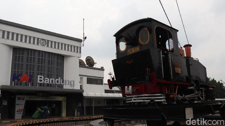 Monumen Purwa Aswa Purba menjadi salah satu lokomotif kuno bersejarah yang kini terparkir di Stasiun Kereta Api, Kota Bandung, Jawa Barat.