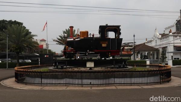 Pada masanya, lokomotif ini pernah beroperasi di sekitaran Cikampek dan Karawang. Jika ingin melihat Monumen Purwa Aswa Purba ini, traveler bisa melalui Jalan Stasiun Barat. (Wisma Putra/detikTravel)
