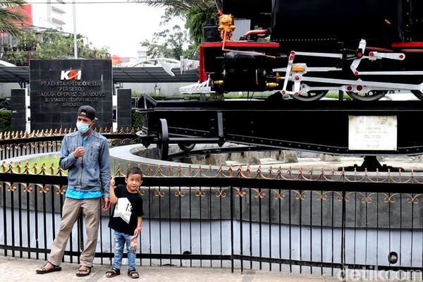 Monumen ini pun kerap menjadi spot foto bagi para penumpang yang hendak menaiki kereta api. Traveler yang mau ke sini jangan lupa siapkan kamera dan outfit yang bagus ya! (Wisma Putra/detikTravel)