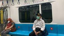 Gaya Menko Muhadjir Ngantor Naik MRT dan Jalan Kaki dari Rumah Dinas