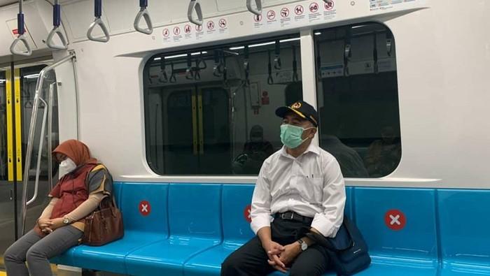 Muhadjir Effendy Naik MRT dan Jalan Kaki ke Kantor