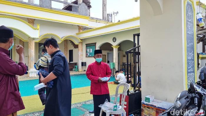 Nawir Remaja Masjid Bekasi Bagi-bagi Masker ke Jemaah