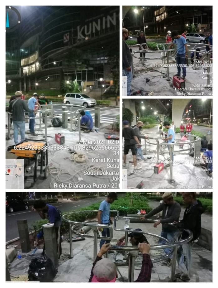 Pemasangan portal S di trotoar seberang Kuningan City, Jaksel. (Dok Dinas Bina Marga DKI Jakarta)