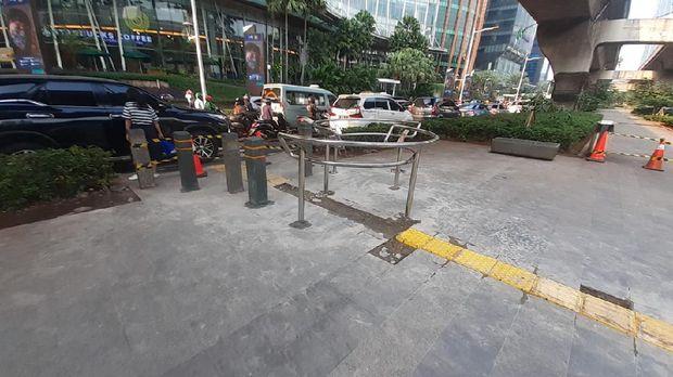 Penampakan portal S di trotoar depan Kuningan City untuk menghalau pengendara sepeda motor.