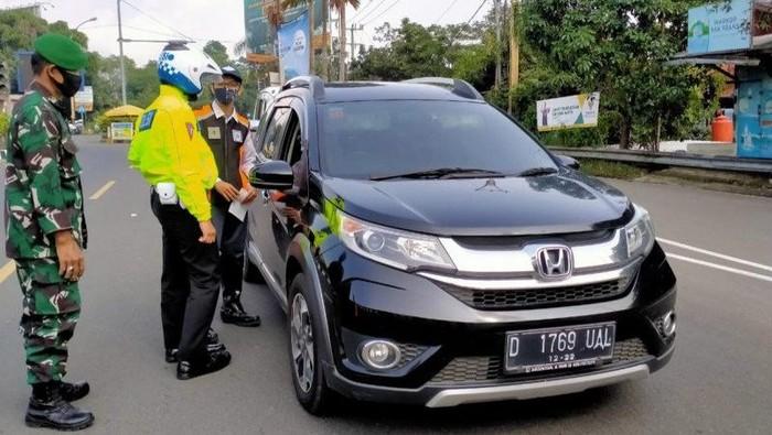 Penyekatan antisipasi mudik di Simpang Gadog, Ciawi, Kabupaten Bogor, Jawa Barat, Kamis (6/5/2021). (ANTARA/M Fikri Setiawan)