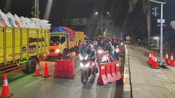 Polisi Persempit Jalur Motor di Penyekatan Bekasi-Karawang