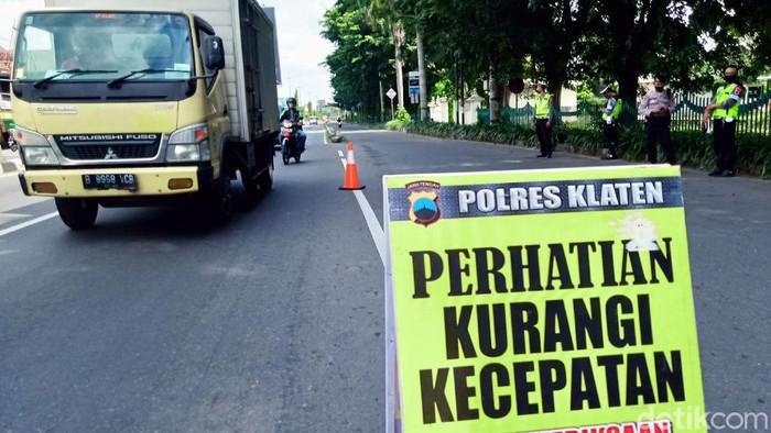 Petugas gabungan berjaga di pos penyekatan mudik di perbatasan Prambanan. Sejumlah kendaraan pun diputar balik karena tak bawa surat keterangan rapid/swab.