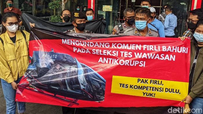 Sejumlah aktivis dari Koalisi Masyarakat Sipil gelar aksi di Gedung KPK. Mereka kritik kebijakan Tes Wawasan Kebangsaan (TWK) yang dilakukan KPK kepada pegawai.