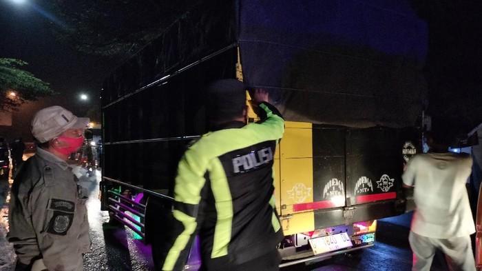 Petugas periksa truk di pos penyekatan perbatasan Majalengka-Sumedang (Bagas/detikcom)