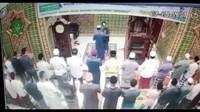 Detik-detik Imam Masjid di Pekanbaru Dipukul Saat Salat Subuh