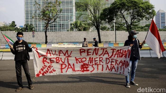 Sejumlah warga melakukan aksi di depan kantor Kedubes Amerika Serikat, Jakarta. Aksi itu dilakukan untuk memperingati Hari Al Quds Internasional 2021.