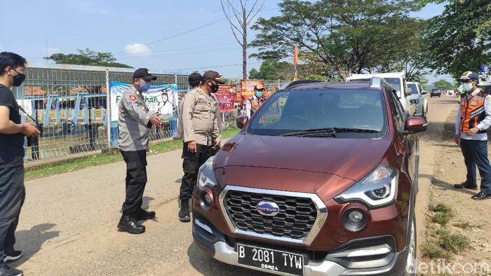 Puluhan kendaraan menuju Karawang diputar balik (Azhar/detikcom)