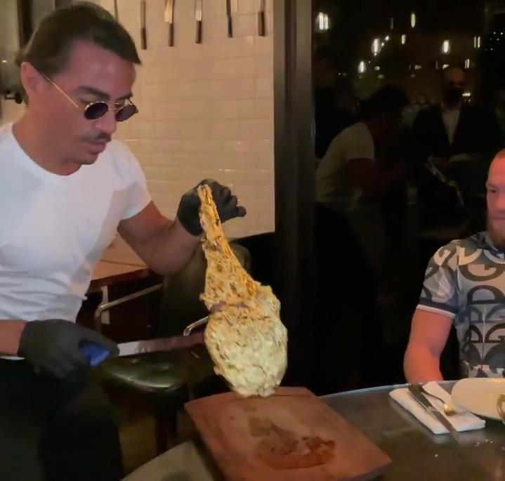 Salt Bae Buka Restoran Baru, Menunya Steak Lapis Emas Seharga Rp14 Juta!