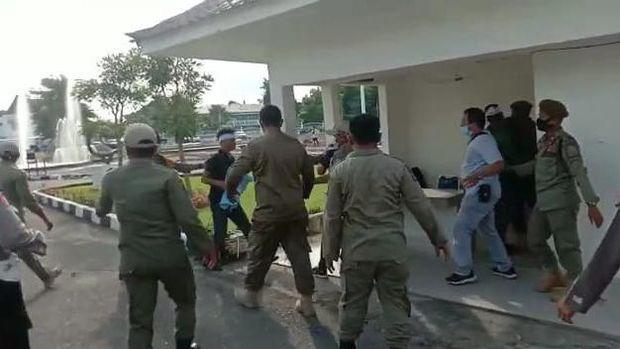 Ricuh demo di depan rumah dinas Gubsu Edy