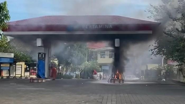 Sebuah mesin dispenser pada stasiun pengisian bahan bakar umum (SPBU) di Bali mengalami kebakaran (dok BPBD Gianyar)