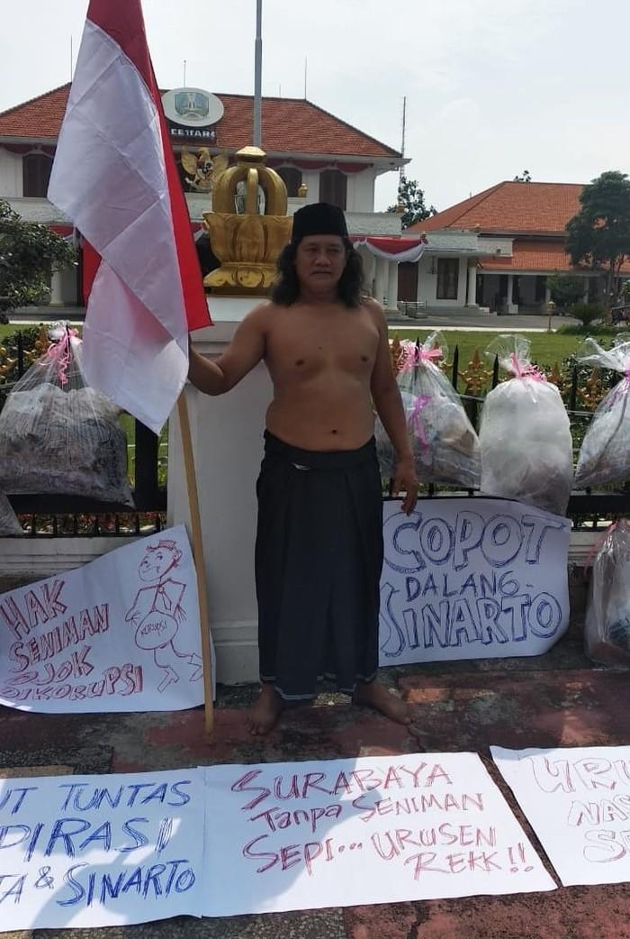 Seniman Surabaya Gelar Aksi Protes Dugaan Penyimpangan Anggaran Disbudpar Jatim
