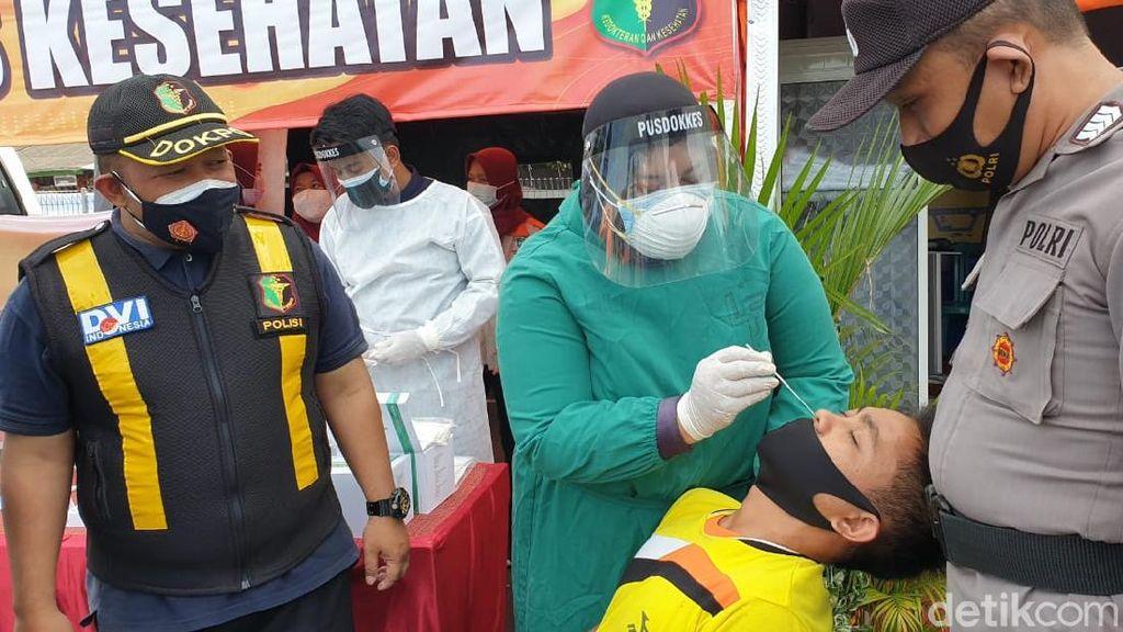 Polisi Rapid Tes Antigen Bagi Sopir Logistik di Pelabuhan Ketapang Banyuwangi