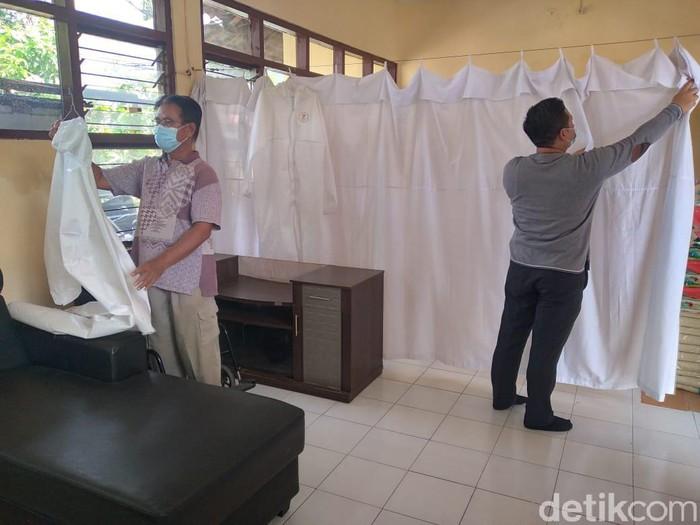 Masa larangan mudik 2021 akan berlaku hingga 17 Mei mendatang. Beberapa kelurahan hingga RW di Surabaya menyiapkan tempat karantina, mengantisipasi pemudik nekat.