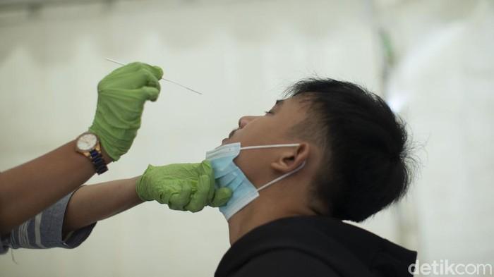 Petugas Puskesmas Karangsambung, Kabupaten Bekasi, melakukan tes swab antigen di posko kesehatan, Jumat(7/5/2021).