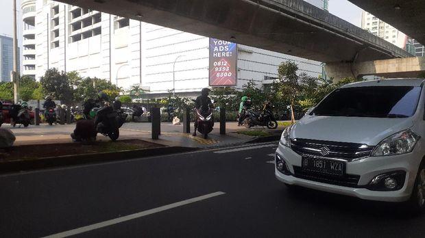 Trotoar di depan Ciputra World 1 Kuningan, Jakarta Selatan.