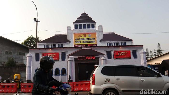 Ada pemandangan berbeda di kawasan Cileunyi, Kabupaten Bandung. Pos Pelayanan Pengamanan Mudik Lebaran 2021 milik Polresta Bandung berbentuk Gedung Sate.