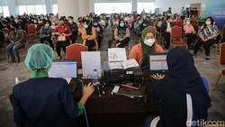 Sebanyak 3000 vaksin disuntikan pada pekerja di pusat perbelanjaan Neo Soho dan Central Park, Jakarta. Vaksinasi ini untuk kembali menggerakan roda perekonomian